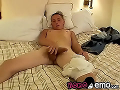 Emo twink masturbates while teasing his sweet ass