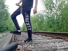 Сексуальный русский парень дрочит на рельсах