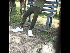 Caught in public park - beccato al parco tira fuori il cazzo più volte
