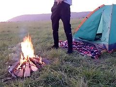Парень сливает недельную сперму возле костра и палатки