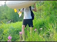 Парень на лодке в дикой природе дрочит хуй и мощно кончает
